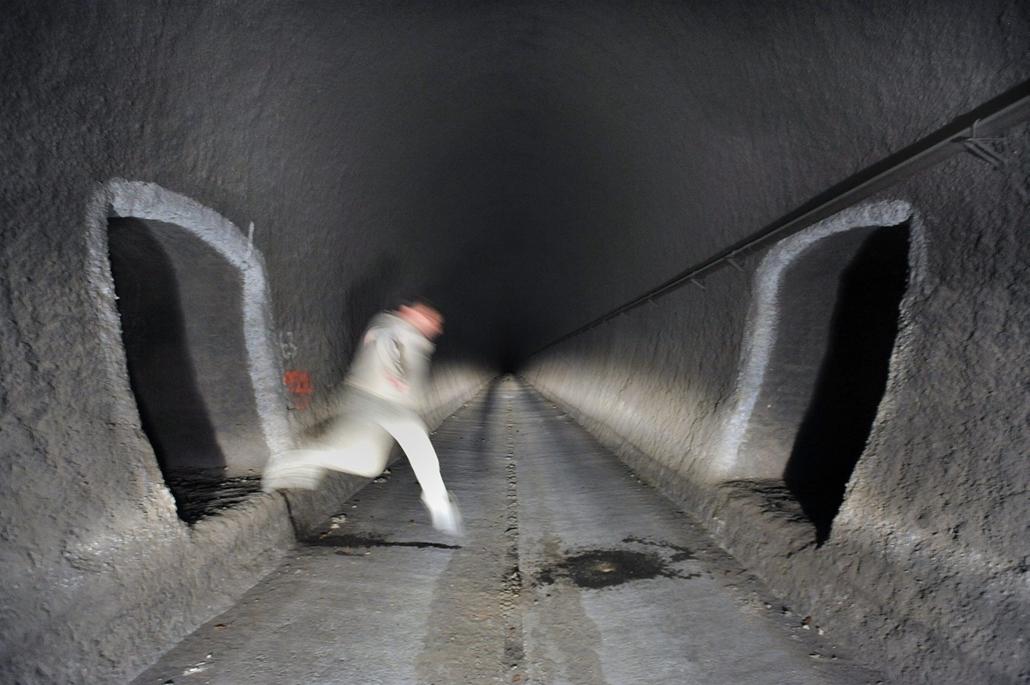 mti. Munkás a kiürített piliscsabai vasúti alagútban. A Budapest-Esztergom vasútvonal felújításán az egyvágányú pályát 32,7 kilométeren építik át. - a hét képei nagyítás