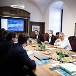 Orbánék járványügyi taktikája: ha nyitni akarsz, készülj a háborúra
