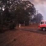 Videó: Feltámadt a 100 km/h-s szél, pillanatok alatt a pokolban találták magukat az ausztrál tűzoltók