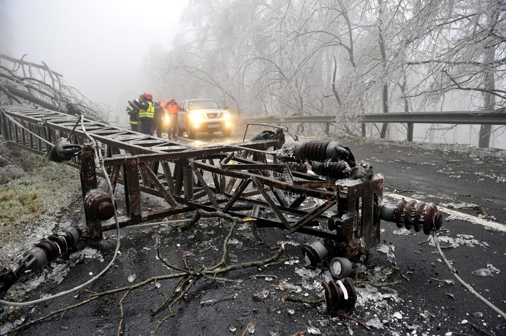 mti. ónos eső, jegesedés, tél 2014, 2014.12.02. Lezárták a Dobogókőre vezető utat, Kidőlt villanyoszlop a Dobogókőre vezető úton 2014. december 2-án. A katasztrófavédelem és a rendőrség lezárta az utat az ónos esőtől kialakult eljegesedés miatt, a települ