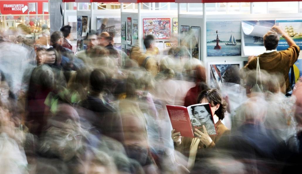 Frankfurti Nemzetközi Könyvvásár: kíváncsiskodó a német színésznő, Gudrun Landgrebe életét bemutató könyv tanulmányozása közben - könyv világnapja nagyítás