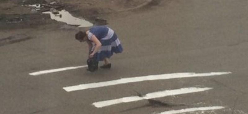 A nap hőse az idős néni, aki zebrát festett az útra
