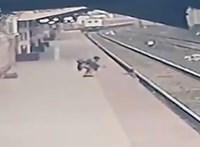 Szembefutott a vonattal egy indiai férfi, hogy megmentse a sínekre zuhant gyermeket – videó