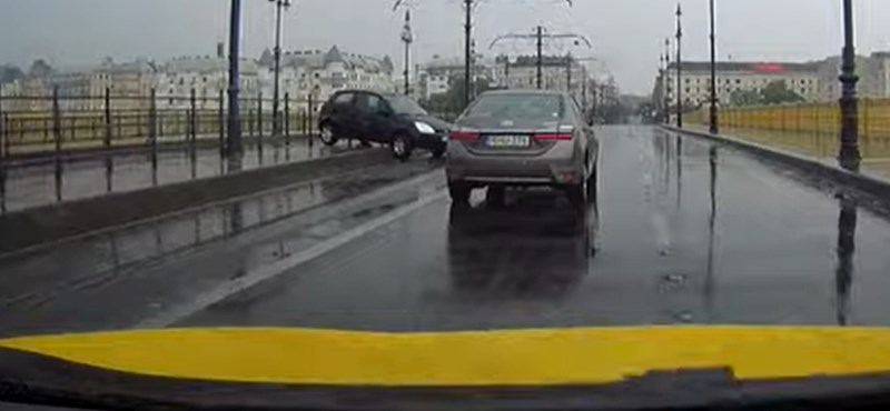 A Margit híd vizes útszakaszán piruettezett egy autó – videó