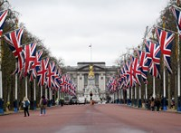 Kicsempészte, majd eBayen eladta a Buckingham-palota milliós műtárgyait