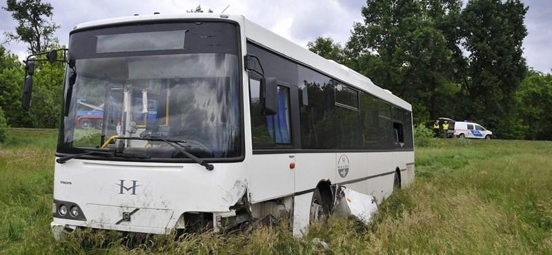 Így tört össze a szántóföldre sodródott Volán-busz – fotók