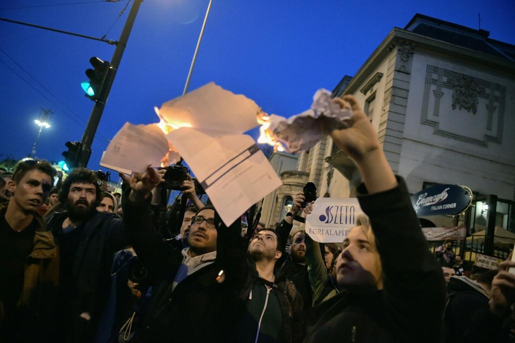 tg.17.04.12. - Hősök vétója - tüntetés a civilek és a CEU ellehetetlenítése ellen - tüntetés lendvay utca konzultációs ív égetése