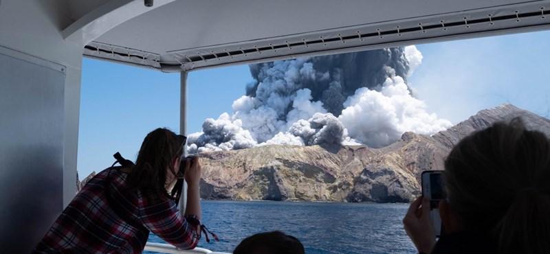 Kihoztak hat holttestet az új-zélandi szigetről, ahol korábban vulkán tört ki
