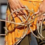 Még a zsebébe sem tud nyúlni a világ leghosszabb körmű nője (videó)