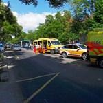 Fotók: Csúnyán összetört a Thököly úton karambolozó BKK-busz eleje