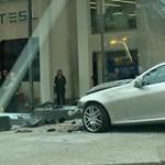 Bepánikolt Merci-sofőr száguldott be a Tesla kereskedésbe