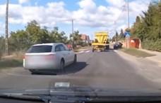 Pont a zebrán előzte a rendőröket egy autós – videó