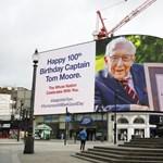 Lovaggá ütik Tom századost, aki 13 milliárd forintot gyűjtött a brit egészségügynek