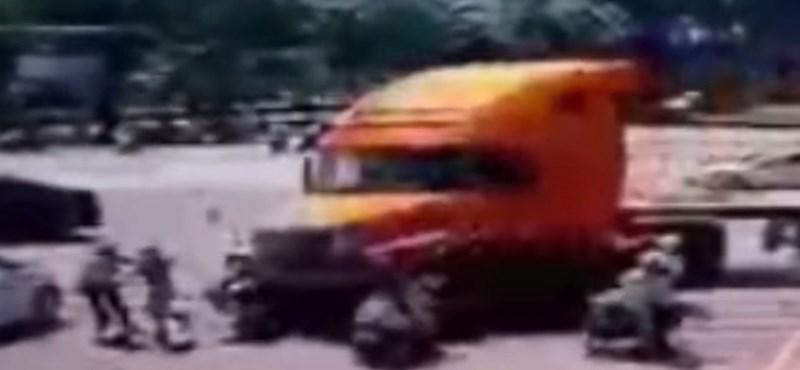 Kivédhetetlen: kamionos hajtott a motorosok közé - videó