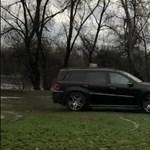 Tolatóradar: szomorú videó– szentendrei zöldterületen driftel a Mercedes divatterepjárós