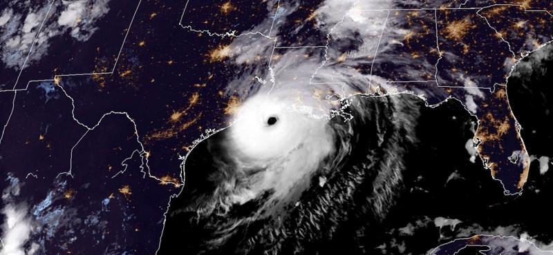 """""""Túlélhetetlen"""" áradásokkal csapott le az amerikai partokra a Laura hurrikán"""