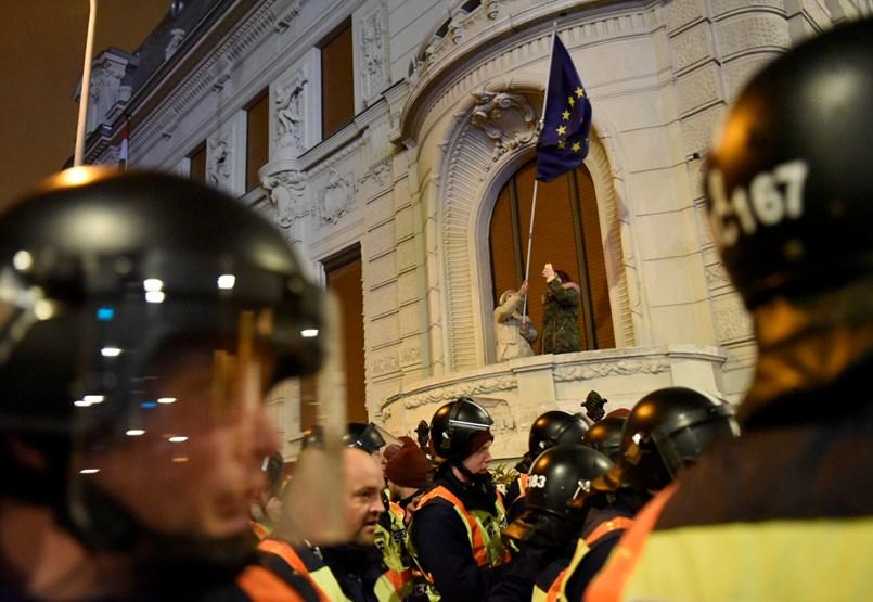 Újra a Kossuth térre vonulnak a tüntetők - Percről percre