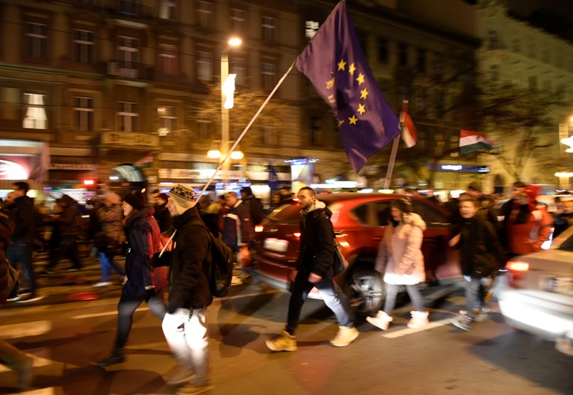 Összecsaptak a tüntetők a rendőrökkel a Fidesz-székháznál - Percről percre