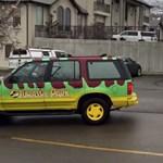 Látott egy Jurassic parkos autót, nem bírta ki, hogy ne trollkodjon egyet – videó