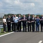 Tizennyolc politikus, közéleti személyiség és üzletember adta át a 19 kilométeres útszakaszt Eger közelében