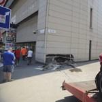 Fotók: belecsapódott a volt Domus Áruház falába egy autó