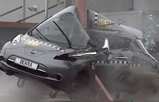 Szörnyű látni, hogyan csavarodik villanyoszlopra egy villanyautó – videó