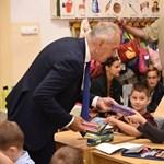 A fideszes Szita Károly személyesen adta át az ajándék tolltartót a kisiskolásoknak