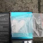 Csomagkézbesítő szolgálatokkal szállíttatott kábítószert két ázsiai férfi Magyarországra