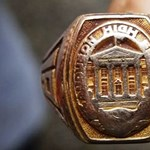 Hetvenhárom év után, a világ másik végéről került elő egy iskolai gyűrű