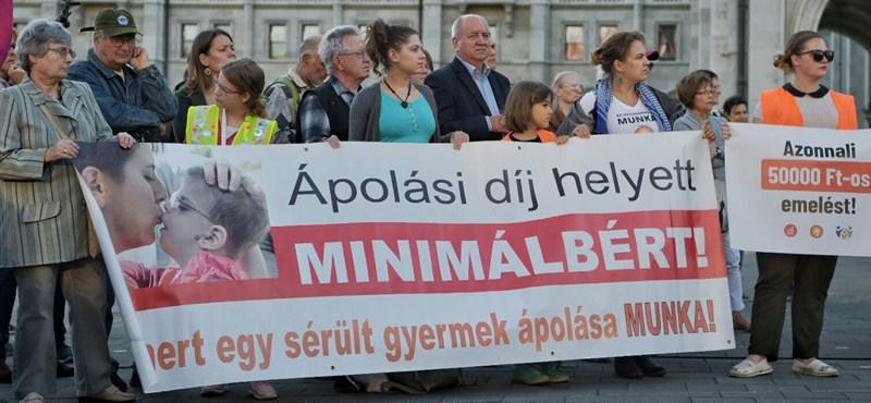 Az ápolási díj azonnali emeléséért tüntettek a Kossuth téren – fotók