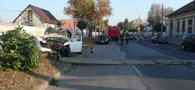 Kidöntött egy oszlopot egy autó a Gyömrői úton – fotók