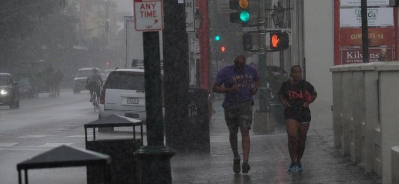 Már ostromolja a partokat a Barry hurrikán