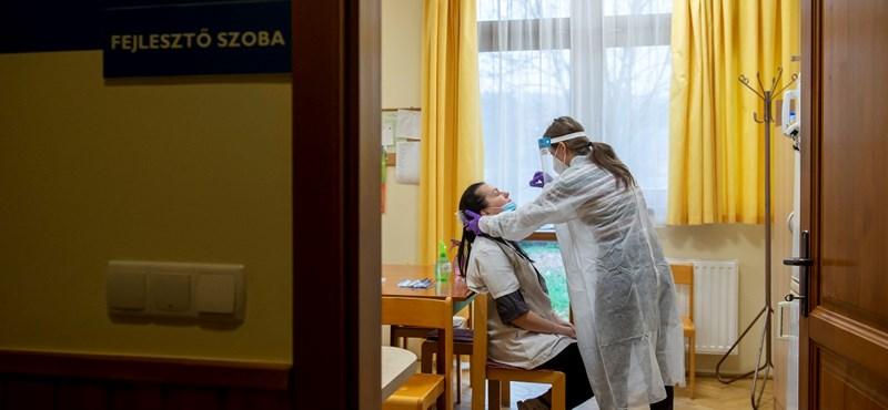 Önkéntes egyetemisták mentették meg a tesztelés közben rosszul lett nő életét