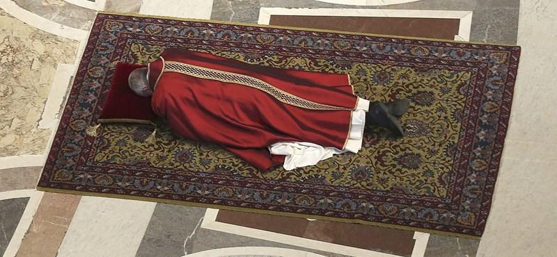 A földön fekve imádkozott Ferenc pápa nagypénteken