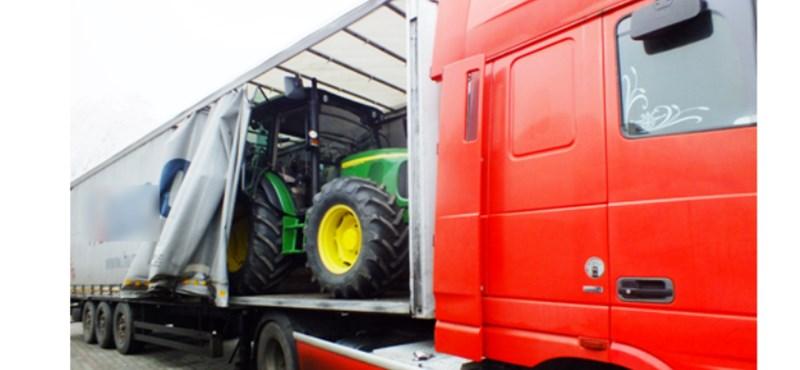 Lopott traktor fogtak a határon