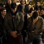 Videó: Ezrek énekeltek és imádkoztak a Notre-Dame előtt