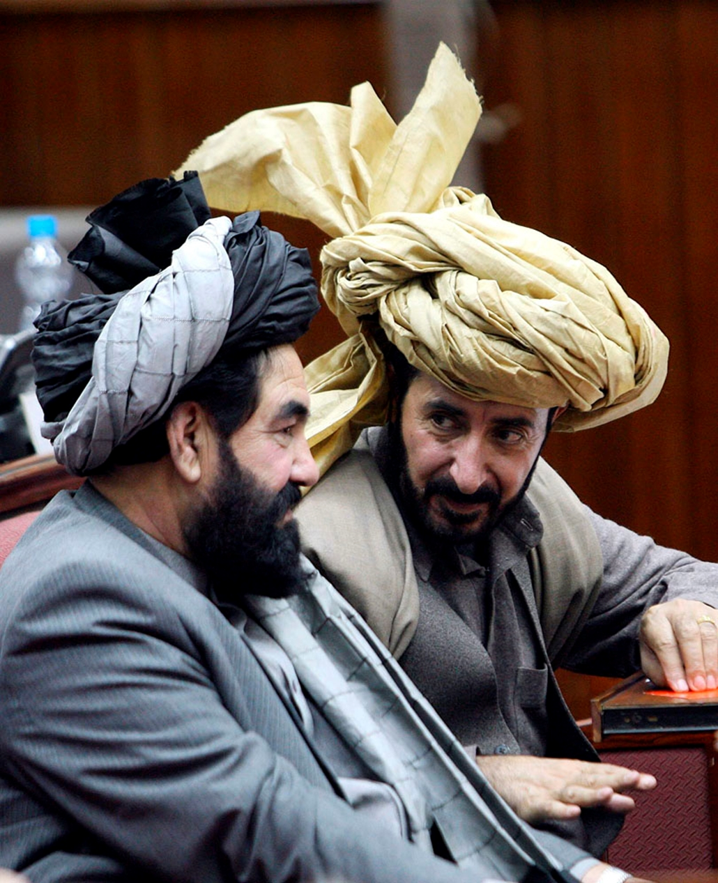 Afgán parlamenti képviselők Kabulban 2010. január 2-án, a törvényhozás plenáris ülésén. Ezen a napon elutasította az afgán parlament a Hamid Karzai elnök által javasolt miniszterjelölteknek több mint a felét, jelezve, hogy a második mandátumát kezdő államfő a képviselők jelentős ellenállásába ütközik. A huszonnégy jelölt közül tizenharmadikként a nők ügyeinek miniszterévé jelölt Haszan Bano Gazanfar bukott el a képviselői szavazáson, az elutasított jelöltek között volt Karzai két szoros szövetségese, valamint az energiaipari miniszternek jelölt Iszmail Háin korábbi befolyásos hadúr is.