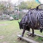 Bika erős szobrot épített autóalkatrészekből ez az amatőr szobrász