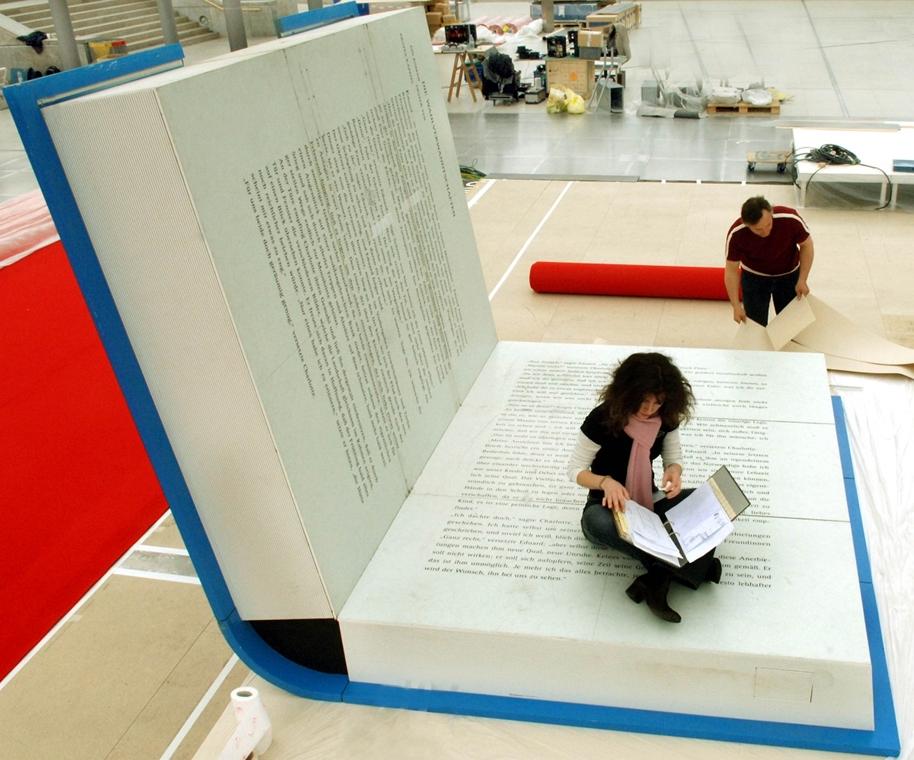 Németország: fából készült, 11 méter széles installáció a 2004-es Lipcsei Könyvvásáron. A ''kék kanapénak''  - könyv világnapja nagyítás