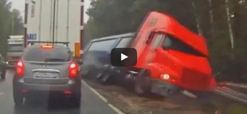 A semmiből jött ez a kamion, rendesen meglepte az autóst – videó