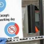 Baltás férfi zúzta be a villamos ablakát – fotók