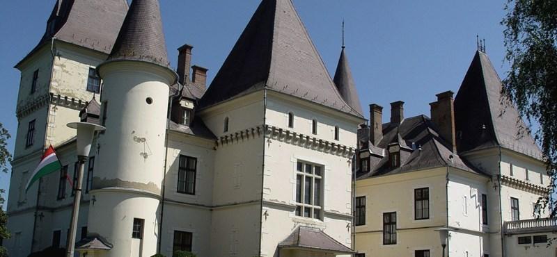 Megújult a turai kastély óratornya