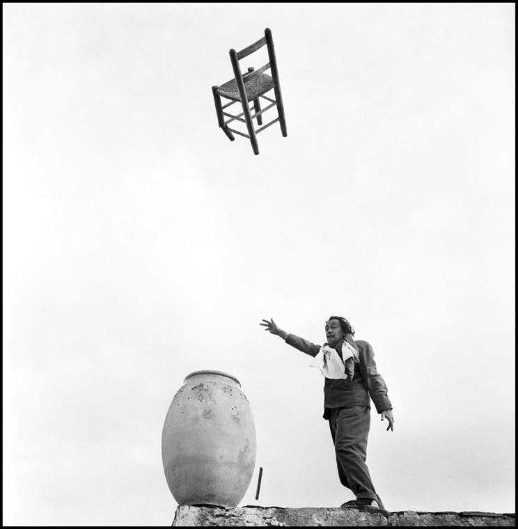 afp. nagyítás - Salvador Dali 110 éve született - Port Lligat (Espagne), Novembre 1957 Salvador Dali lance une chaise dans les airs