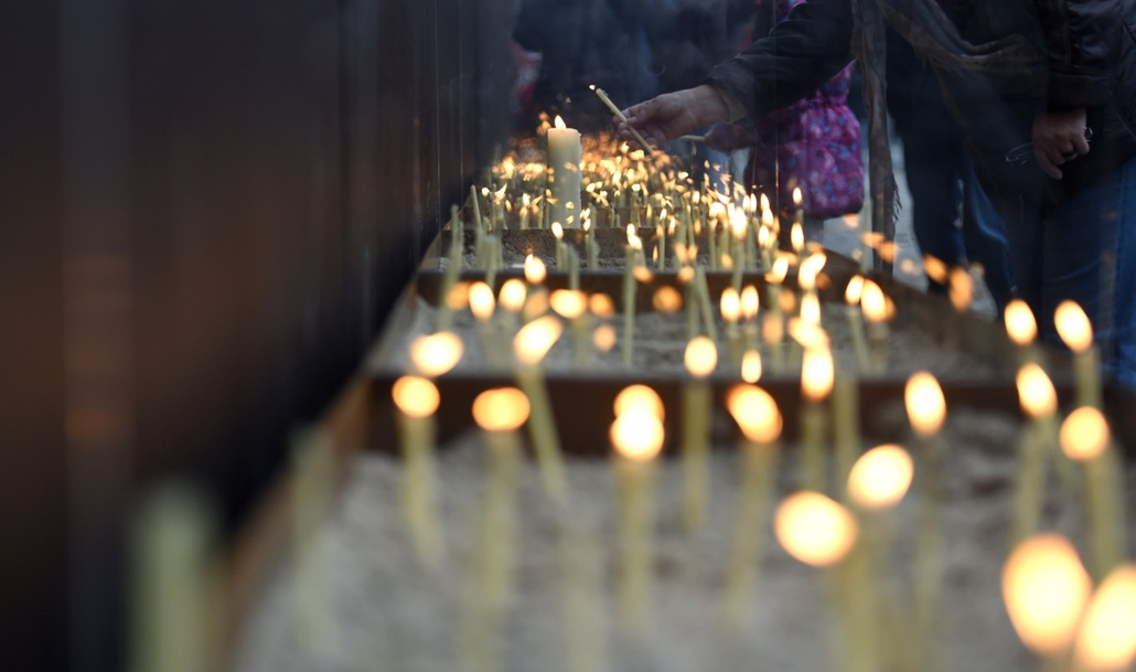 afp. Berlini fal leomlásA 25 éve 2014.11.09. People light candles at the National Memorial for the Victims of the Berlin Wall during the commemorations to mark the 25th anniversary of the fall of the Berlin Wall at the Berlin Wall Memorial in the Bernauer