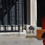 Theresa May könnyek között jelentette be lemondását