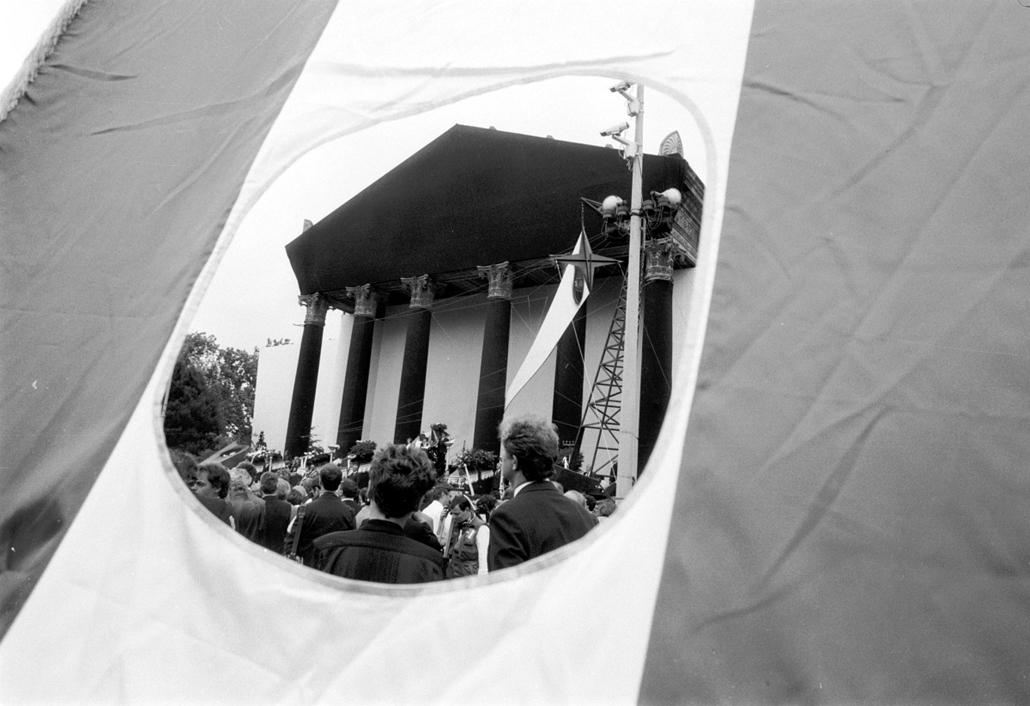 ba. megjelent kép - Nagy Imre újratemetése ravatal. Budapest, Hősök tere. 1989.06.16.