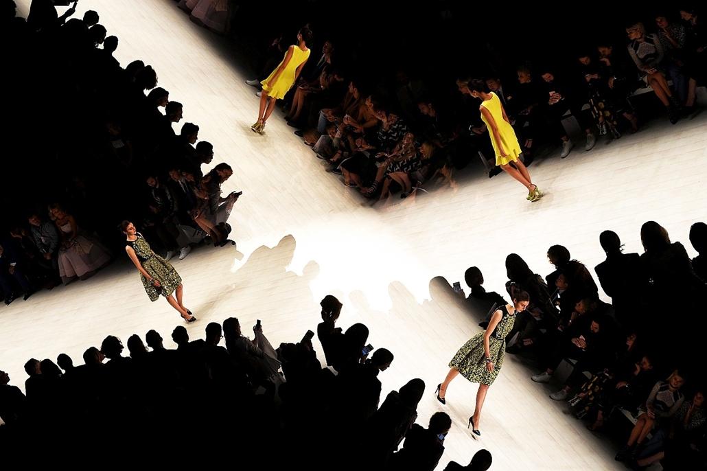 epa.16.05.20. - Sydney, Ausztrália: Több expozícióval készült kép manökenekről a kifutón Oscar de la Renta dominikai tervező kollekciójának bemutatóján az ausztrál divathéten Sydneyben. - 7képei