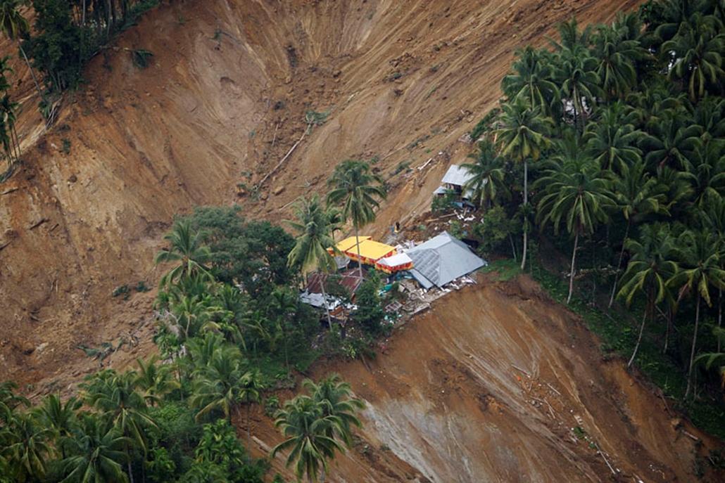 Földcsuszamlás helyszíne látható a nyugat-szumátrai Padang Pariaman körzetben fekvő Limo Koto Timur faluban, miután négy nappal korábban a Richter-skála szerinti 7,6-es erősségű földrengés rázta meg Indonézia nyugati részét, és itt földcsuszamlást okozott. Az ENSZ adatai szerint legalább 1100 a halottak száma, és további 3-4 ezer ember lehet az összedőlt épületek romjai alatt.