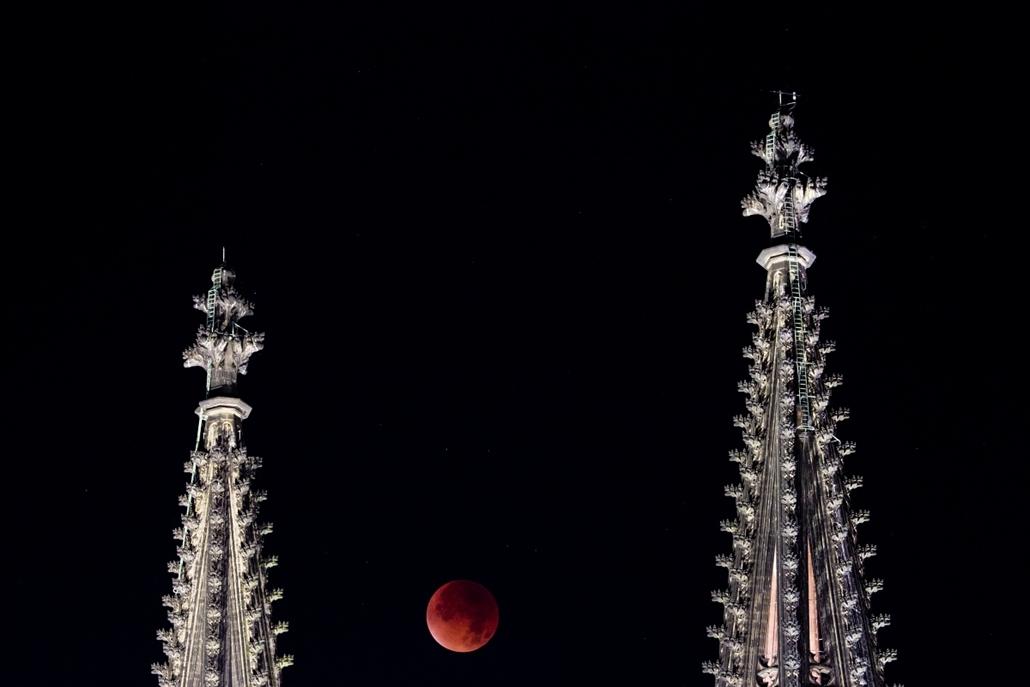 afp.15.09.28. - Köln, Németország: holdfogyatkozás a Kölni dóm tornyai között - szuperhold