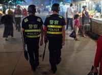 Beszélgettek, gesztikuláltak – elvitték őket a rendőrök